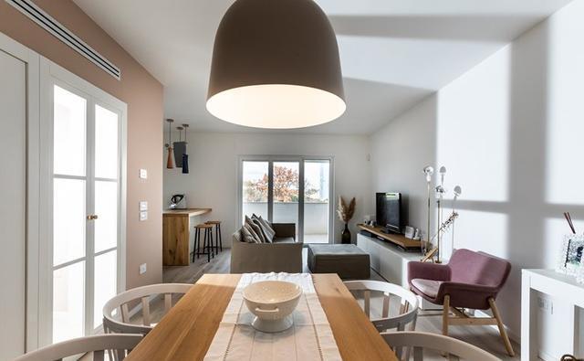 买130平做婚房,厨房为赶潮流中间加岛台,外面还有个12㎡大阳台