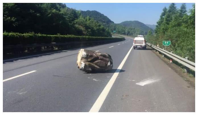 高速上行驶时遇到石块怎么办 是躲还是撞