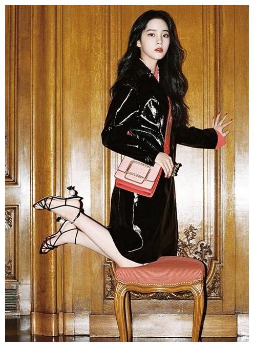 """欧阳娜娜拍照摆造型,穿细线鞋""""超模跪"""",这腿真是少女的?"""