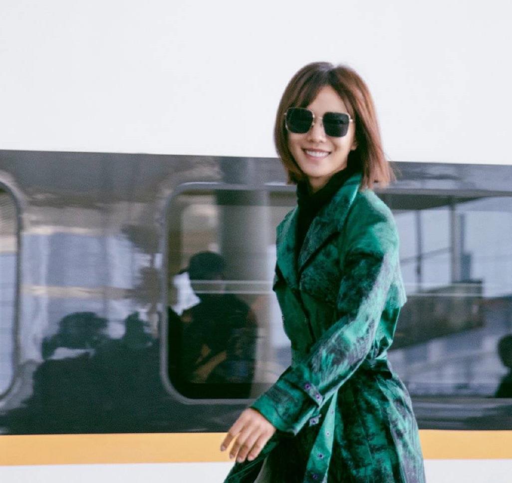 王珞丹穿衣真有个性,齐肩短发搭配绿色大衣潮流大气,清爽减龄