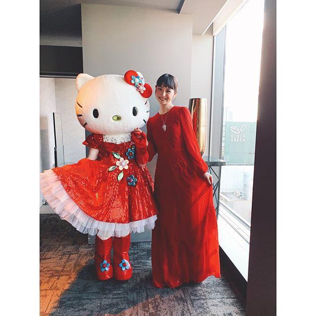 佐佐木希戴着高级首饰和kitty的合影 超级可爱的微笑