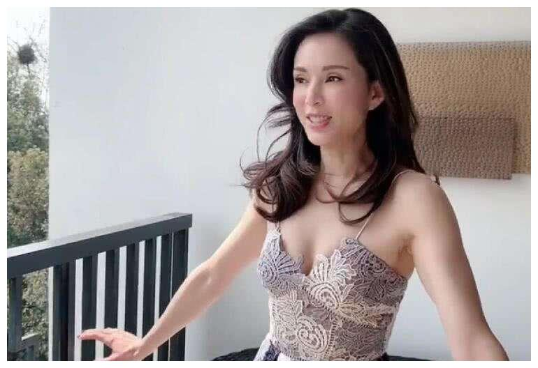 小龙女李若彤,至今单身,为满足妈妈的愿望,一袭婚纱美艳如仙子