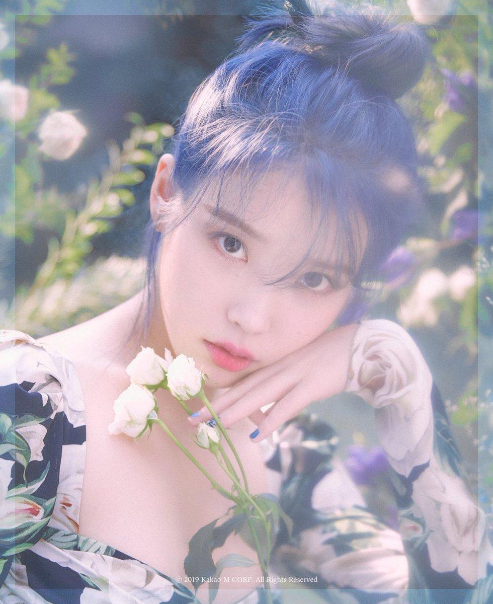 IU决定第五张专辑《Love poem》复出 变身鲜艳的蓝头发