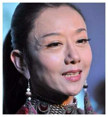 杨丽萍一身潮流现身机场,网友感叹:艺术家果然与众不同!
