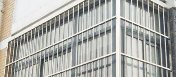 封阳台不要再装修防盗网了,如今都潮流这样做,超级实用!