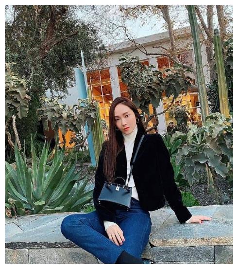 31岁郑秀妍不愧潮流教主,黑毛绒外套配高领白毛衣,超级洒脱!