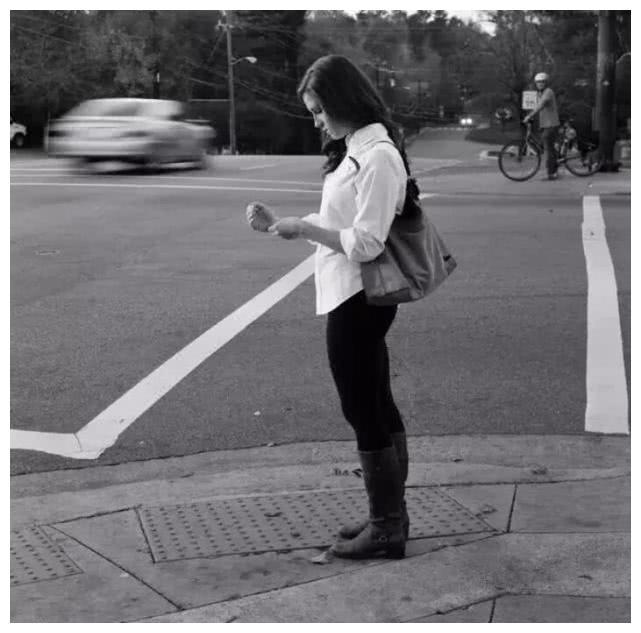 摄影师将人们手里的手机P掉,出现让人啼笑皆非的画面,诡异吗?