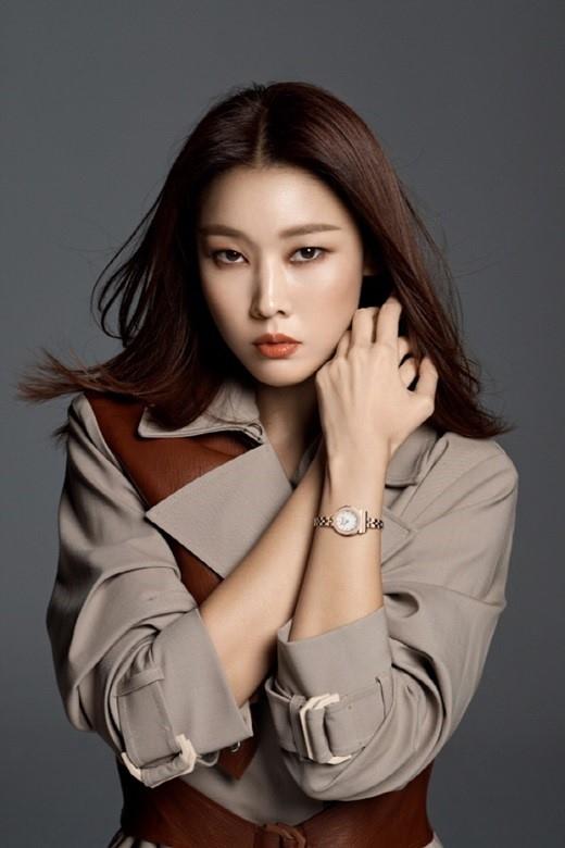 韩惠珍顶级模特气场全开 在写真集中表现出强烈眼神