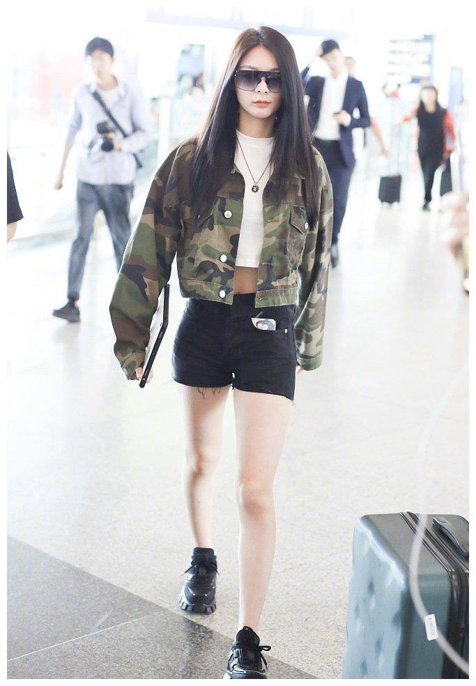 傅菁机场美照流出,潮流性感的女特工