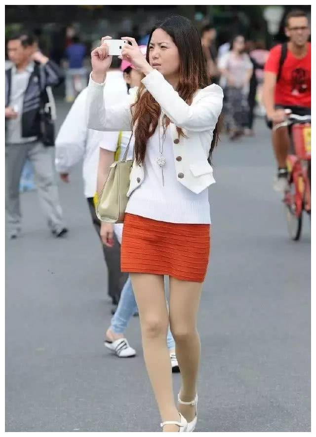 美女街拍:时尚辣妈的靓丽打扮,凸显潮流气场