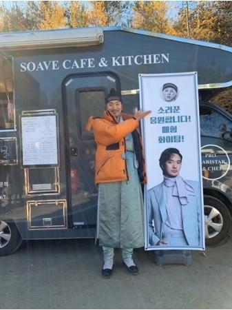 权志龙给姐夫金敏俊的电影拍摄现场送应援咖啡车