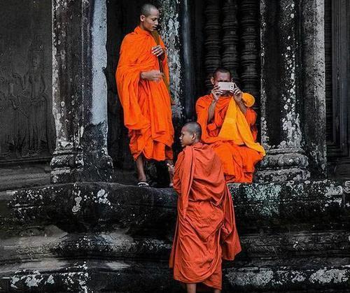 柬埔寨一寺庙发布新规:和尚玩手机将被逐