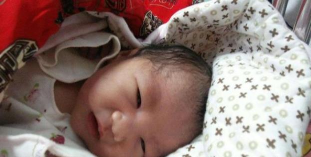 刚出生的新生儿,家长有4注意,别一不留神伤害孩子