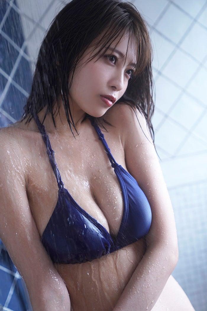 早濑彩丰满胸围&美背夺人魂魄的成熟性感