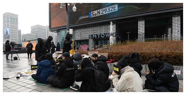 金钟大突然宣布闪婚,EXO粉丝举行抗议活动要求他退团