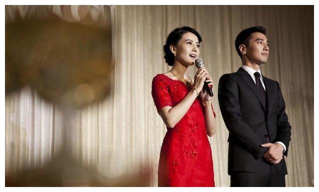 杨颖结婚敬酒服端庄美如画,高圆圆婚纱很成功,敬酒服有点失败