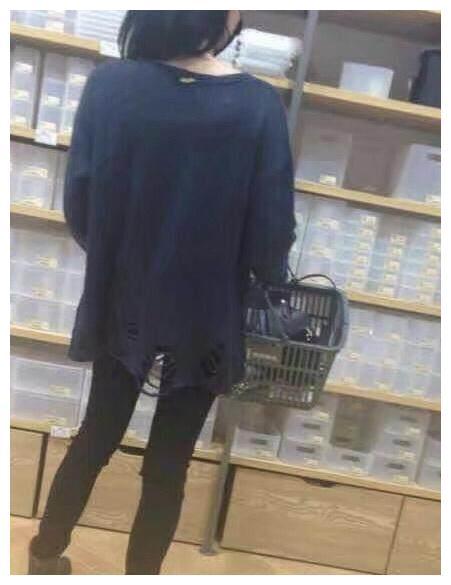 王菲穿破洞毛衣逛街遭跟拍,是时尚、潮流还是寒酸!