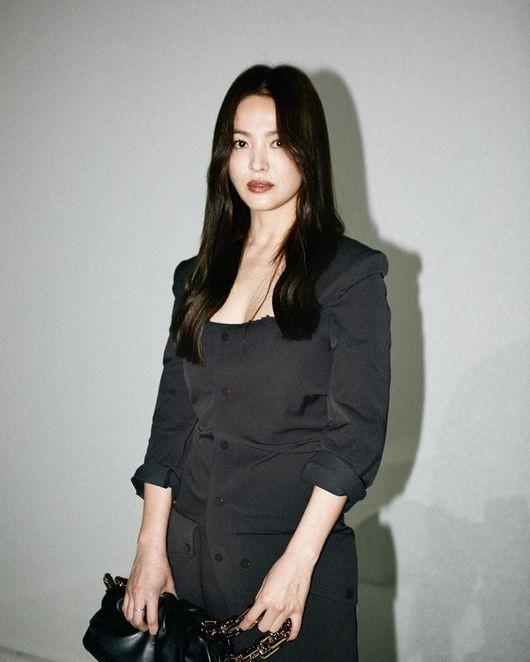 宋慧乔公开米兰时装周照片 全黑造型的乔妹过于美丽