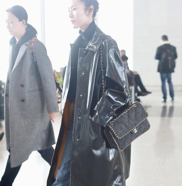 大表姐刘雯终于换新发型了,丸子头配亮皮衣,帅气到爆!