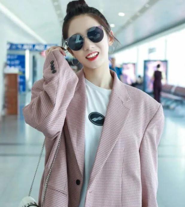 孟美岐的时尚穿搭,粉色的西装清新甜美,米黄色工装个性潮流
