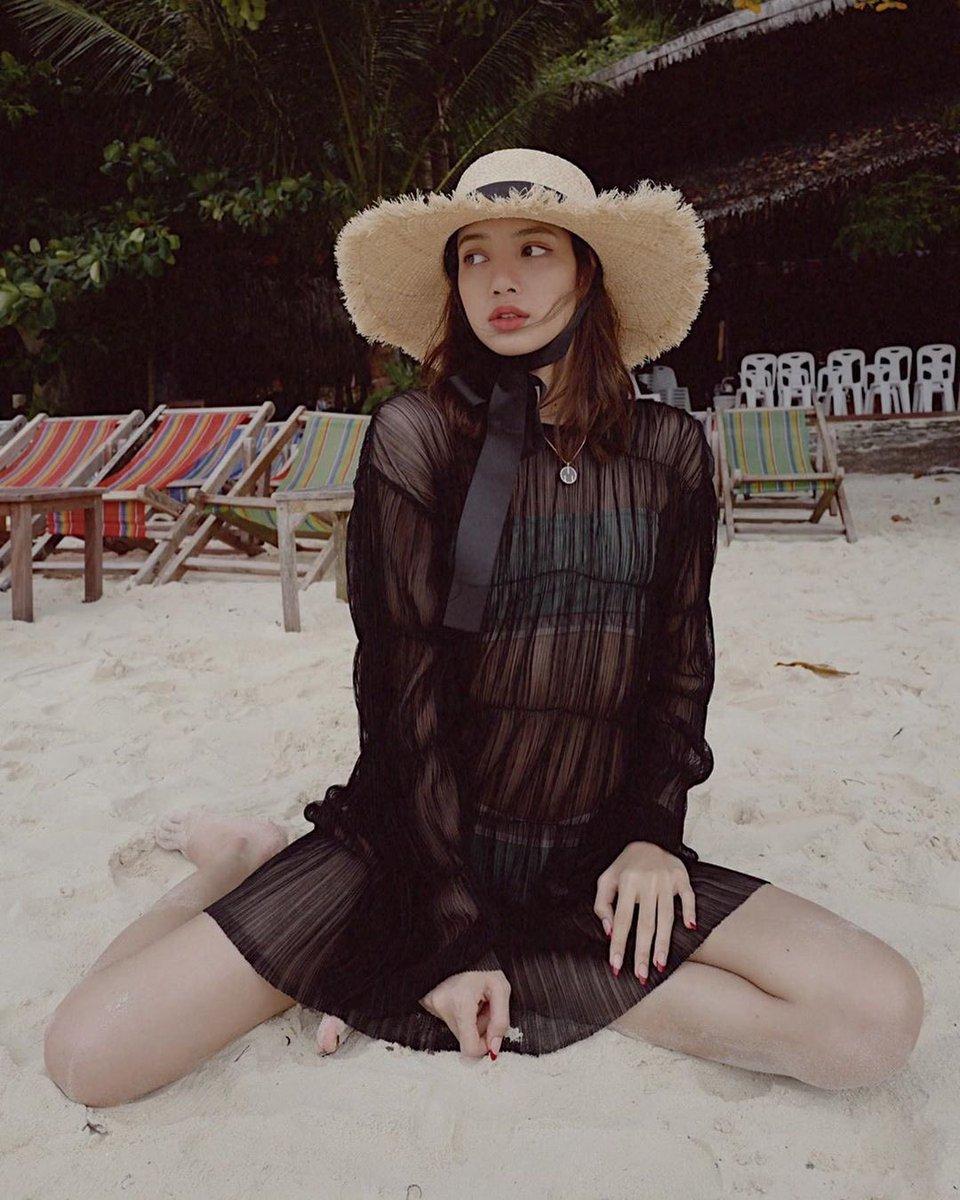 BLACKPINK的Lisa在度假照片中展现了她内心的海滩女神
