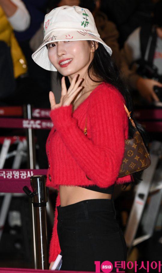 TWICE平井桃以她在机场的性感时尚秀来展示她健美11字腹肌