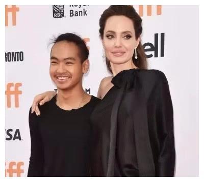 安吉丽娜朱莉柬埔寨大儿子,17岁成帅哥,网友:羡慕这一家人