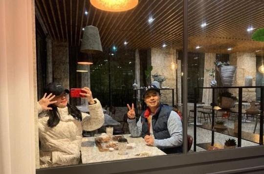 郑俊&金有智依然恩爱 公开亲密约会的照片