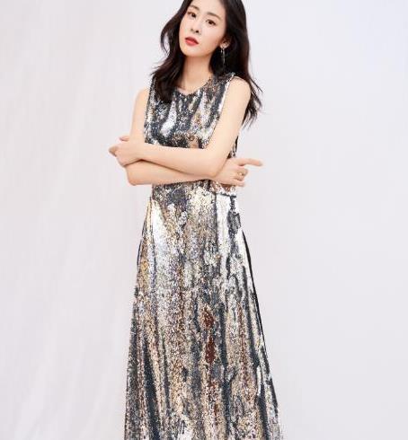 张碧晨解锁初秋时尚!薄款针织衫搭配长款大衣,成最新潮流示范