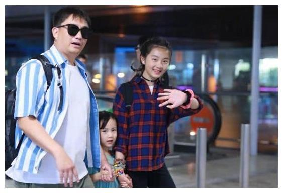黄磊女儿黄多多机场献身,风格打扮潮流,身高赶超父亲