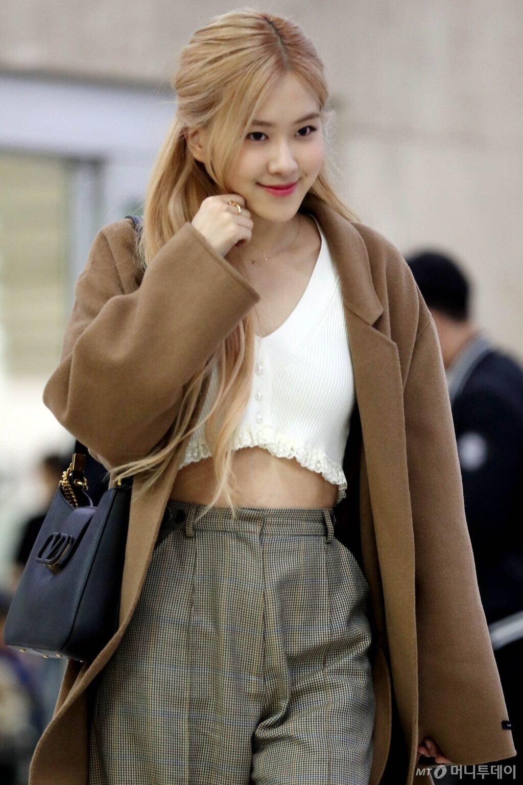 BLACKPINK的Rose朴彩英以清新性感的机场时尚效果俘获人心
