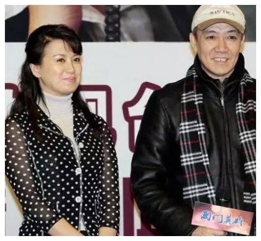59岁李云龙全家照,二婚妻子背景显赫,对前妻感念送车又送房