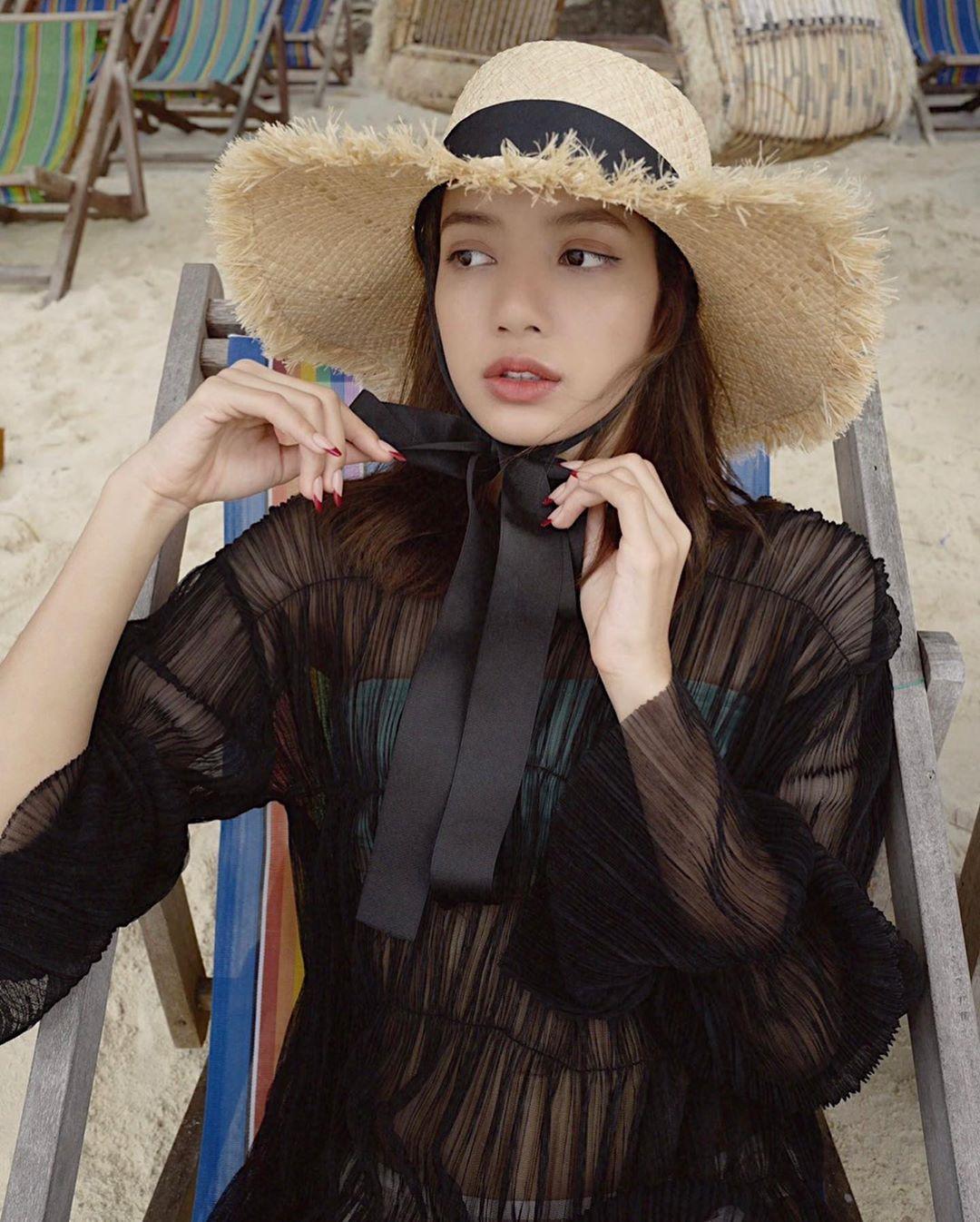 BLACKPINK Lisa炫耀一流的视觉在泰国的海滩度假