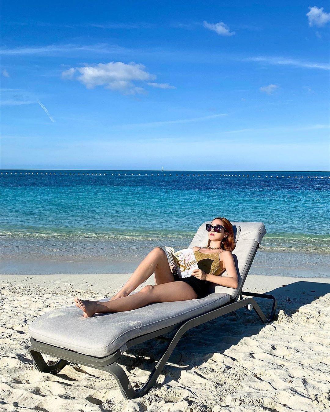郑秀妍公开在海边读书的优雅姿态 性感的美腿!
