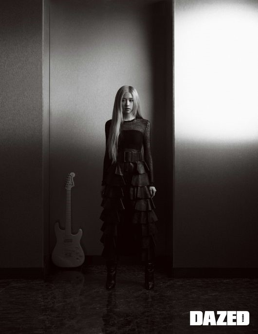 BLACKPINK 朴彩英公开圣罗兰写真集《永远不放弃梦想走下去》