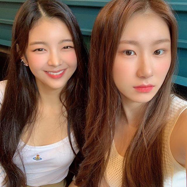 ITZY李彩领和崔智秀在泰国公开二人合照可爱的笑容和冷酷的表情