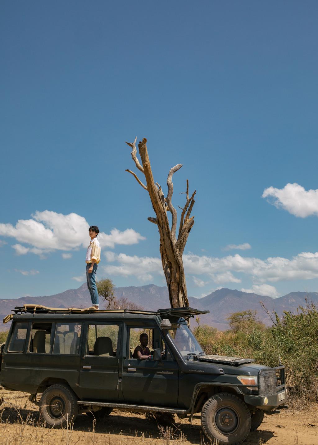 王俊凯非洲行帅照曝光,站越野车顶拿望远镜看风景