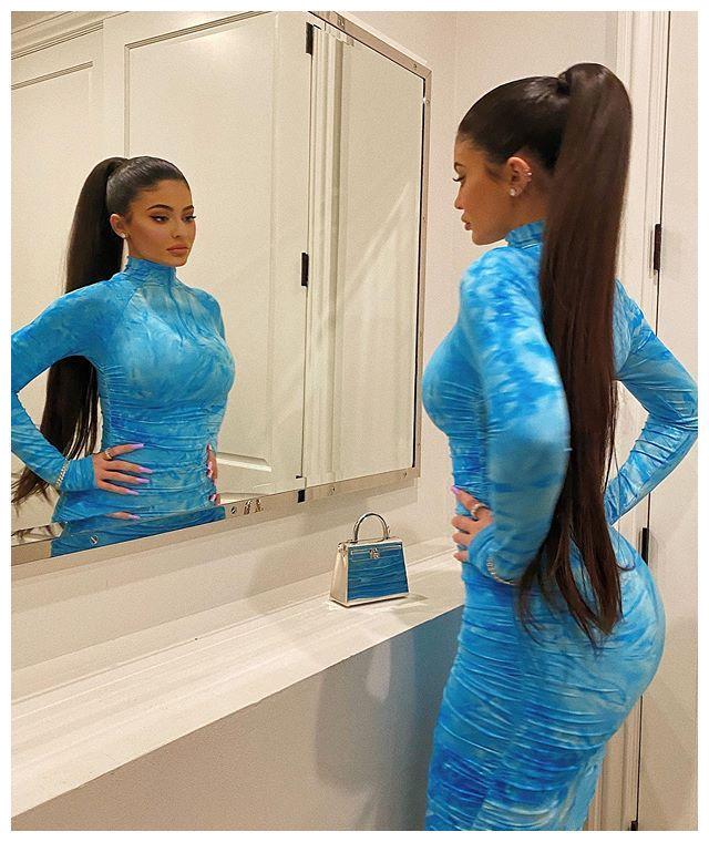 富婆金小妹穿紧身印染蓝裙大肆秀性感!曲线好羡慕,细腰太不真实