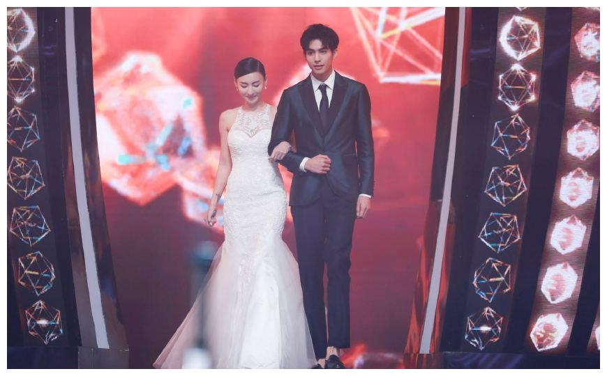 时隔12年再披上婚纱,张柏芝站在他面前,依然娇羞仿佛少女
