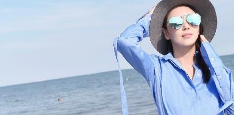 张雨绮海边欢脱,蓝色衬衫配牛仔很清爽