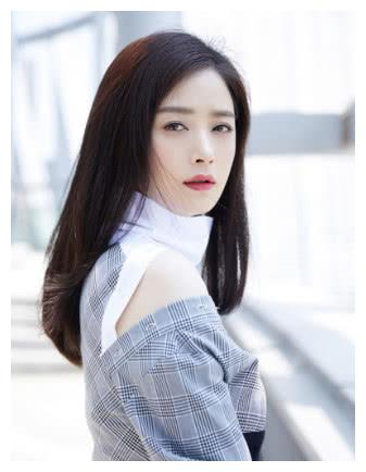 蒋欣近照曝光,新发型意外成为时尚潮流?网友:至少年轻20岁