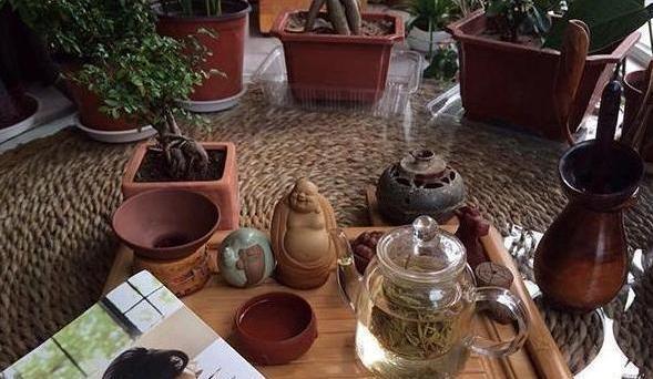 参观于谦现实的豪宅,茶室装修很气派,如今是个爱喝茶的老头