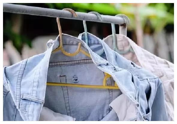 """新牛仔裤一下水就容易掉色? 水里加点""""便宜货"""", 裤子柔软不掉色"""