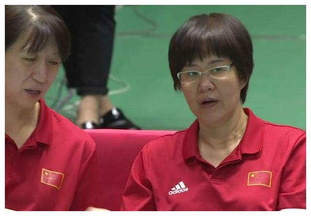 黑人姑娘太乐观!用手接不住排球拿脚踢 0-3惨败中国笑得合不拢嘴
