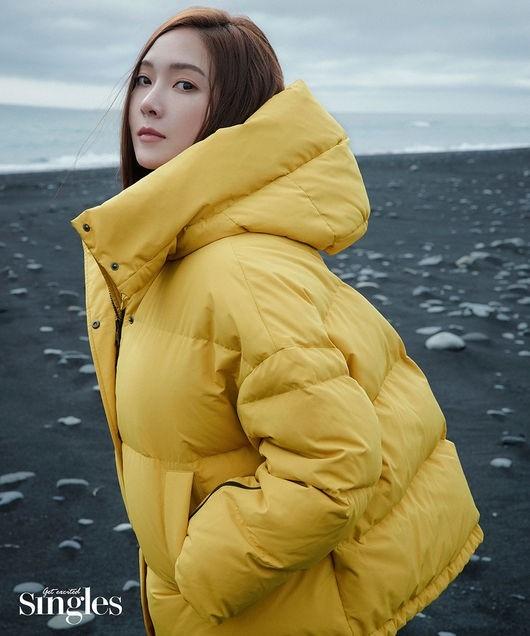 郑秀妍公开在冰岛拍摄的写真展现出冰姬般的冷酷魅力