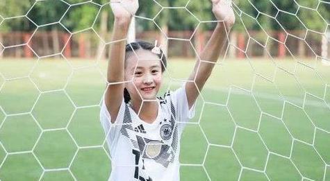 十一岁的女孩儿 完美的肌肉线条 父母的教育很重要