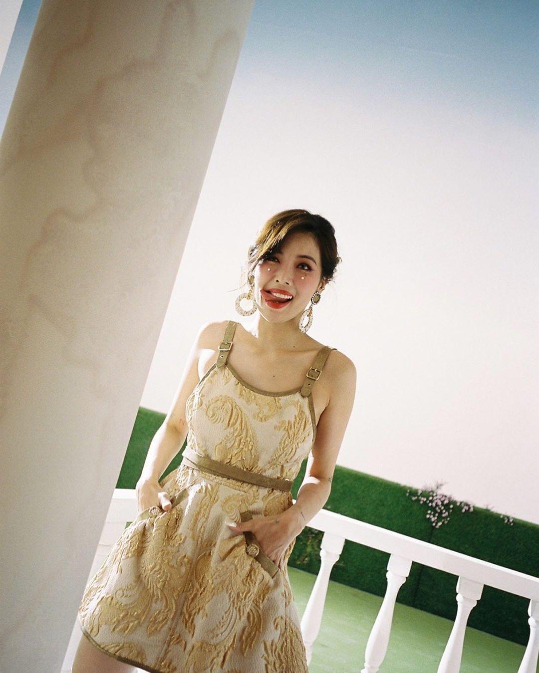 金泫雅性感金色花纹迷你连衣裙 照片成为话题期待复出