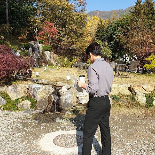 演员池昌旭让人感受到深秋浪漫的气氛