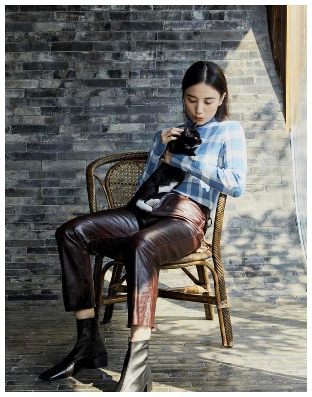 宋佳一身格子毛衣配皮裤,不仅显瘦还很时尚