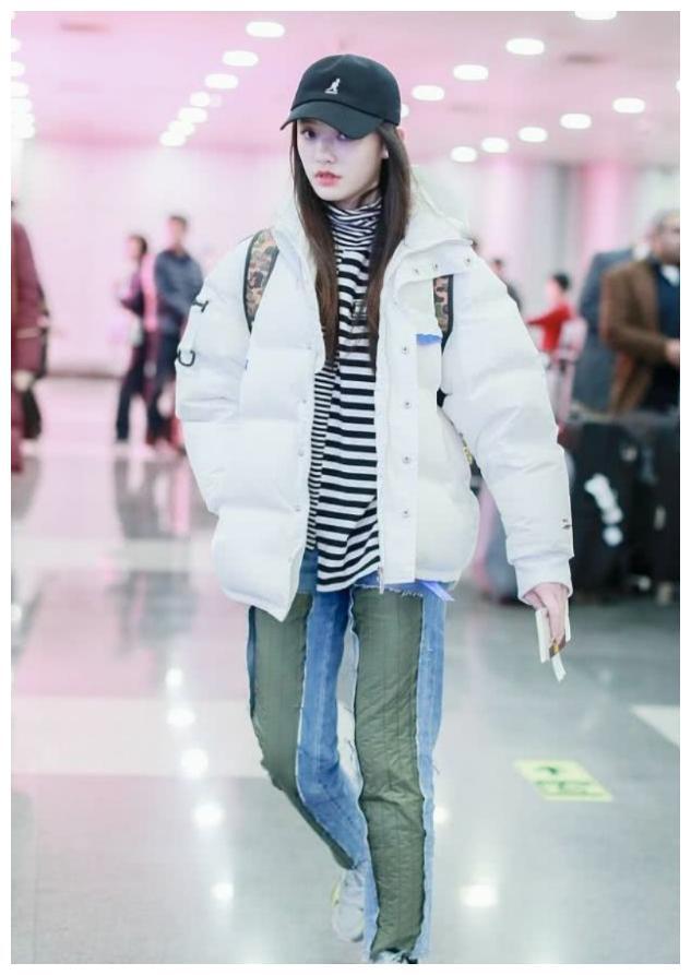 林允穿羽绒服配运动鞋现身,清纯可爱,还把牛仔裤拼接成了棉裤穿